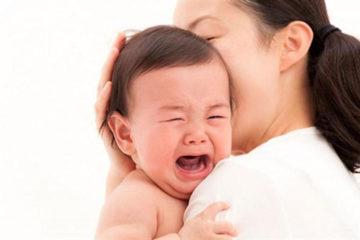 Bé quấy khóc vì mẹ không đủ sữa